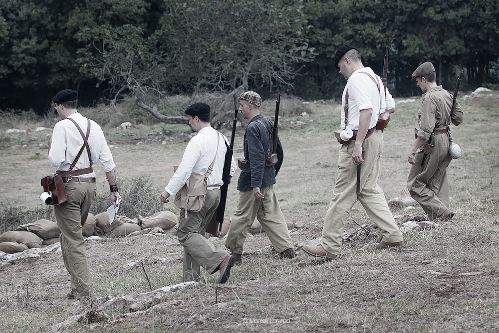 Milicianos camino de sus posiciones